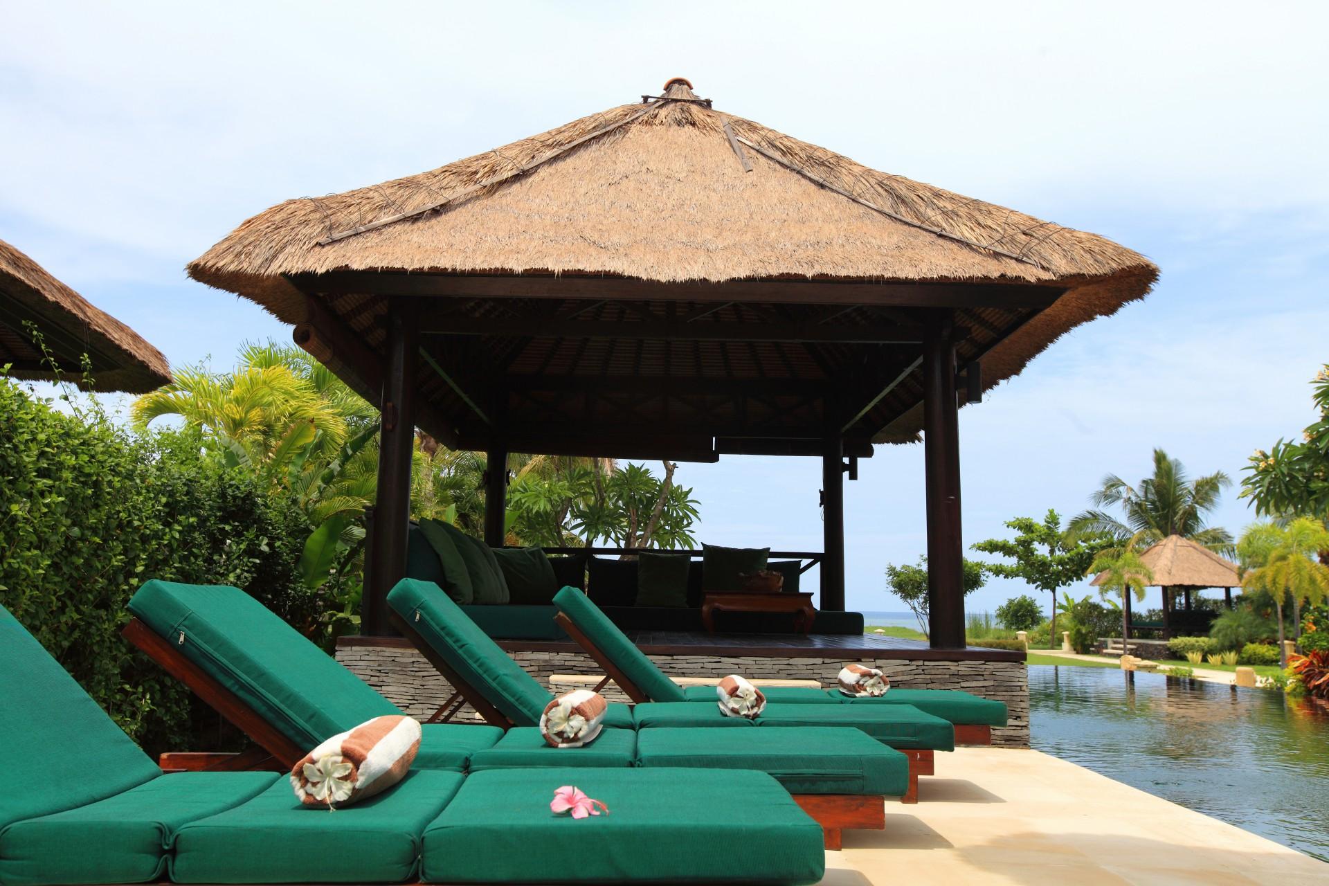 loungebedden zwembad